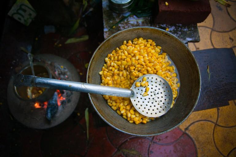 Streetside corn snack being readied © Flickr/Nishanth Jois
