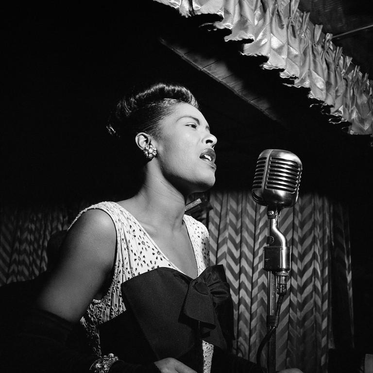 Billie Holiday, Downbeat, New York, N.Y., ca. Feb. 1947 (William P. Gottlieb 04251) | © William P. Gottleib/WikiCommons