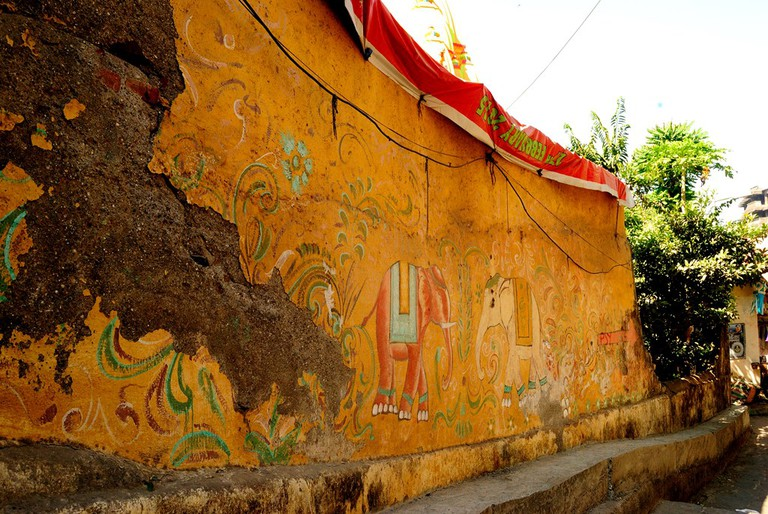 A brightly painted wall along the alley leading to Banganga | ©Neehar Mishra