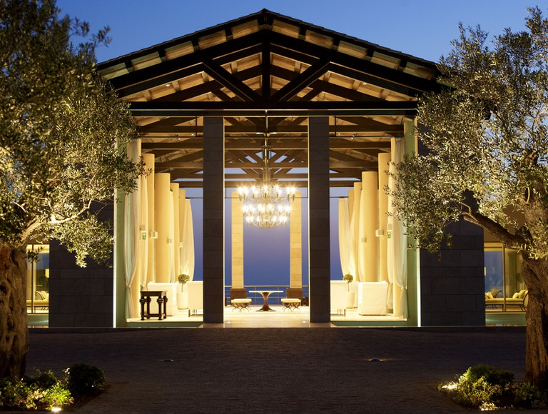 The Romanos hotel lobby reflects palatial living © Costa Navarino