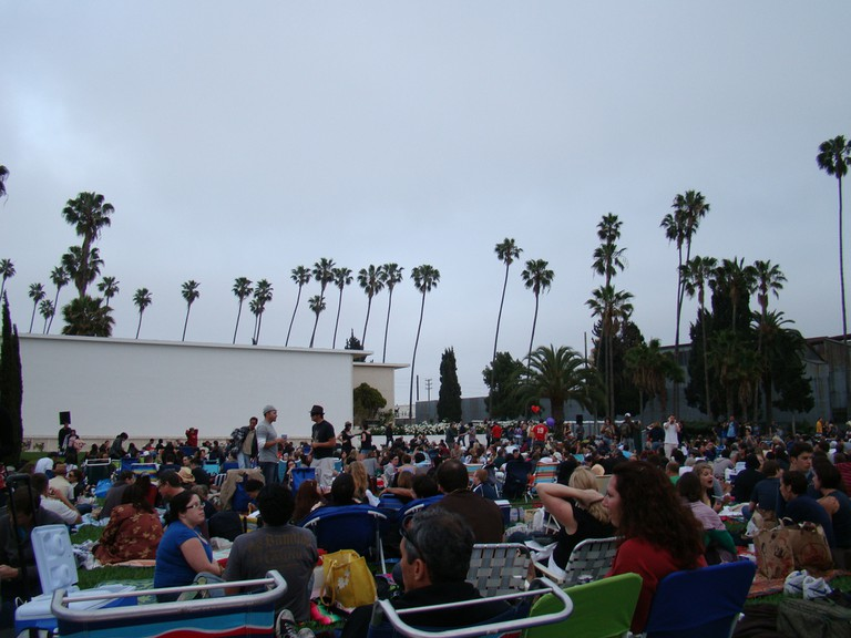 Movie screening at the cemetery | © vmiramontes/Flickr