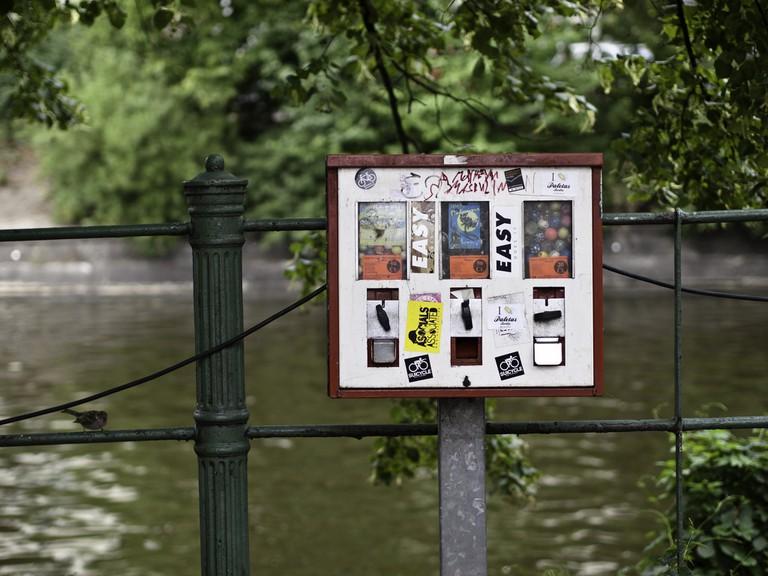Kaugummiautomat am Landwehrkanal   Sascha Kohlmann / Flickr