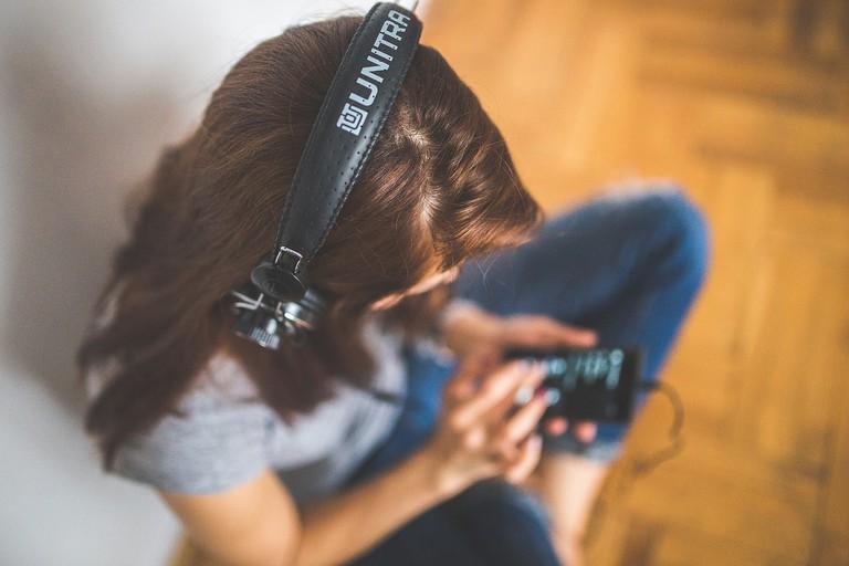 Girl with headphones © Pixabay