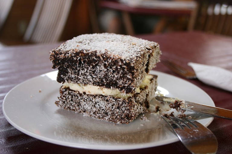 Lamington with cream | © Monica Shaw / WikiCommons