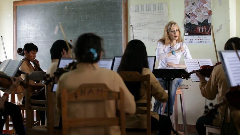 Inma Shara conducting a classroom of children in Bolivia | © Ayuda en Acción / Flickr