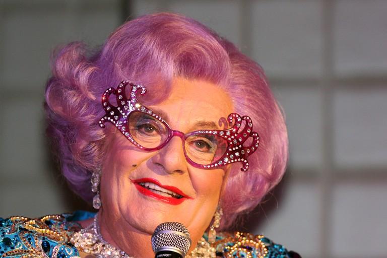 Dame Edna (7105779617) | © Eva Rinaldi/Wikimedia Commons