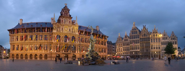 Antwerp's City Hall with the Brabo statue in front | © Maros/Wikimedia Commons