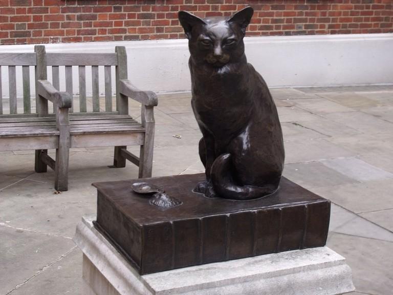Statue of Dr Johnson's cat, Hodge, in Gough Square  © Elliott Brown/Wikicommons