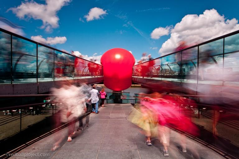 The RedBall on London's Millennium Bridge | © Kurt Perschke, courtesy of Zomer van Antwerpen