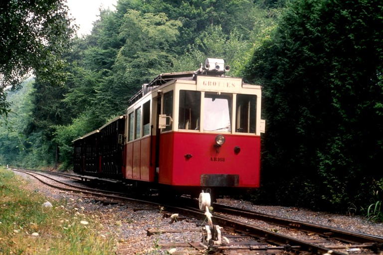 The charming old tram taking visitors of the Han Caves around the adjacent wildlife park | © Georges Colet/Wikimedia Commons