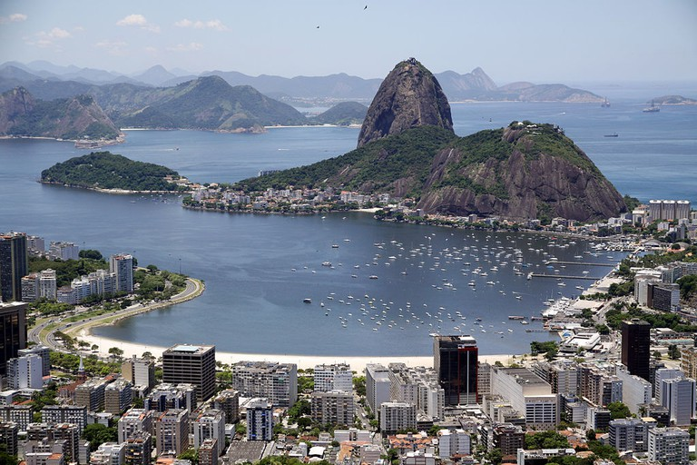 Morro da Urca is the smaller peak nestled behind Pao de Acucar |© Halleypo/WikiCommons