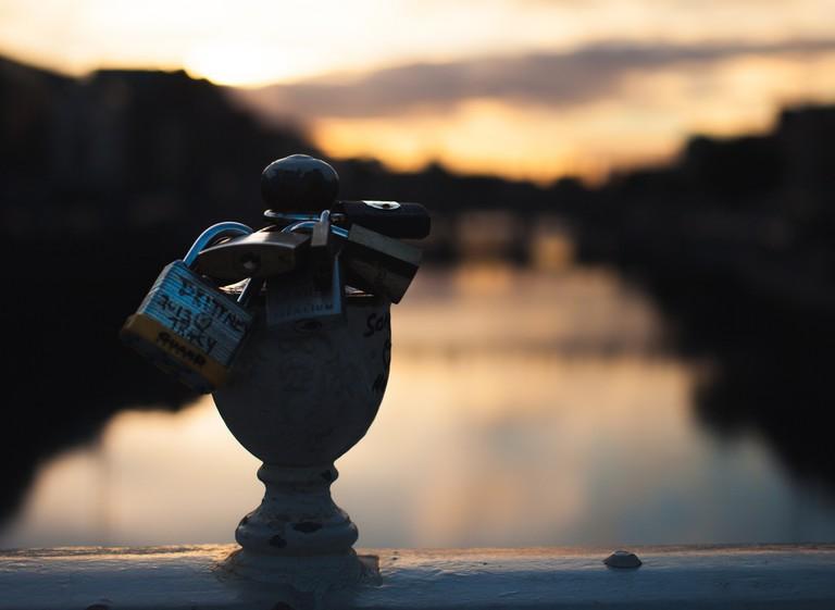 On the Ha'Penny Bridge at sunset   © Tobias Abel/Flickr