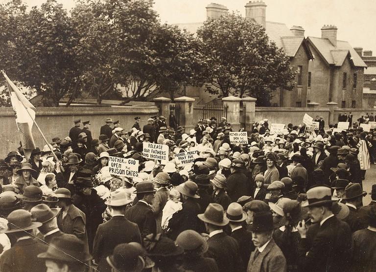 Cumann na mBan protest outside Mountjoy Prison, July 23, 1921 | ©National Library of Ireland/WikiCommons