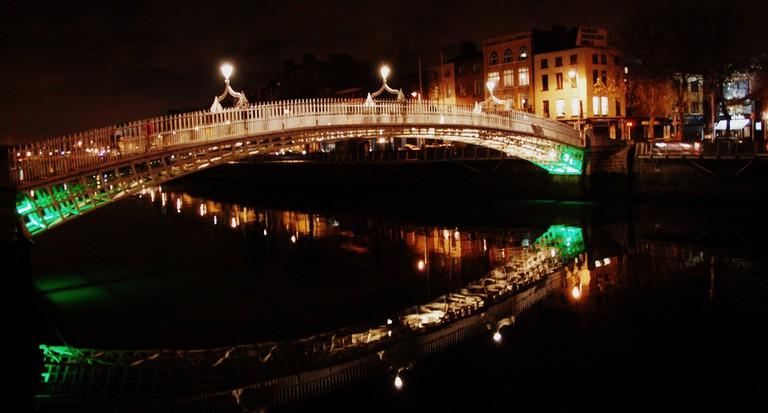 The Ha'penny Bridge at night   © LWYang/Flickr