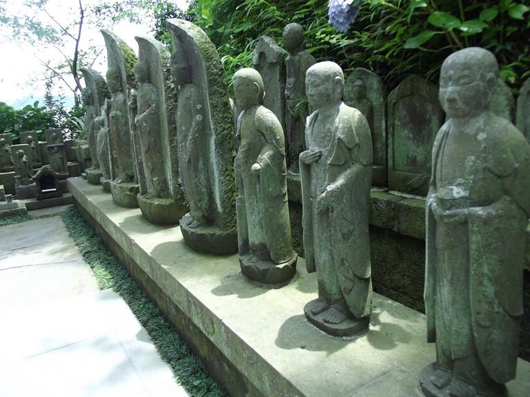 Various buddharupta in a temple garden | © Alicia Joy