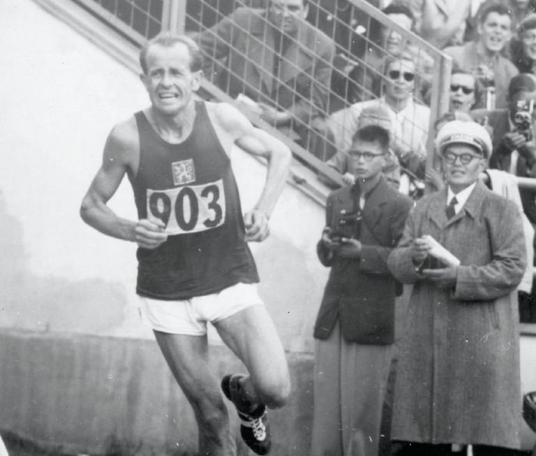 Helsinki 1952 – Emil Zátopek entering into the stadium at the end of the marathon, under the spectator's sight.