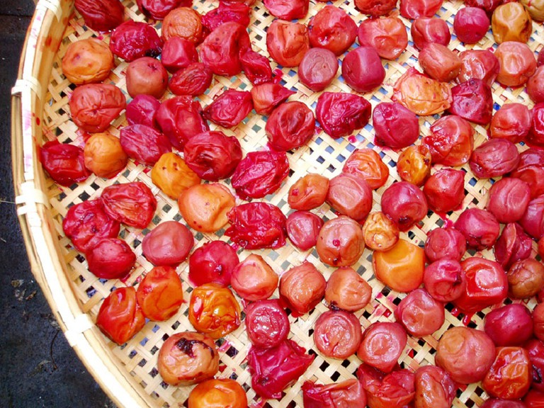Ume being dried in the sun | © oya/WikiCommons