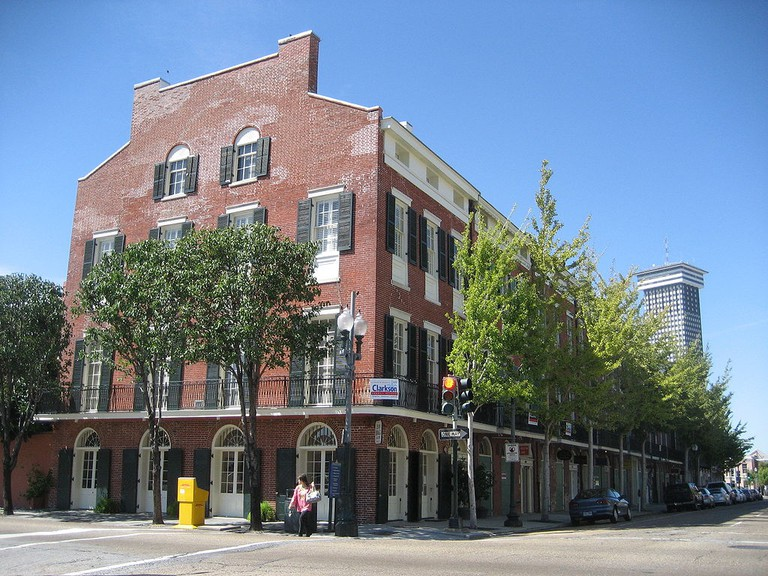 Julia Row, New Orleans, 1830s: Federal townhouses with commercial space behind the ground-floor arcaded windows   © Infrogmation of New Orleans/WikiCommons