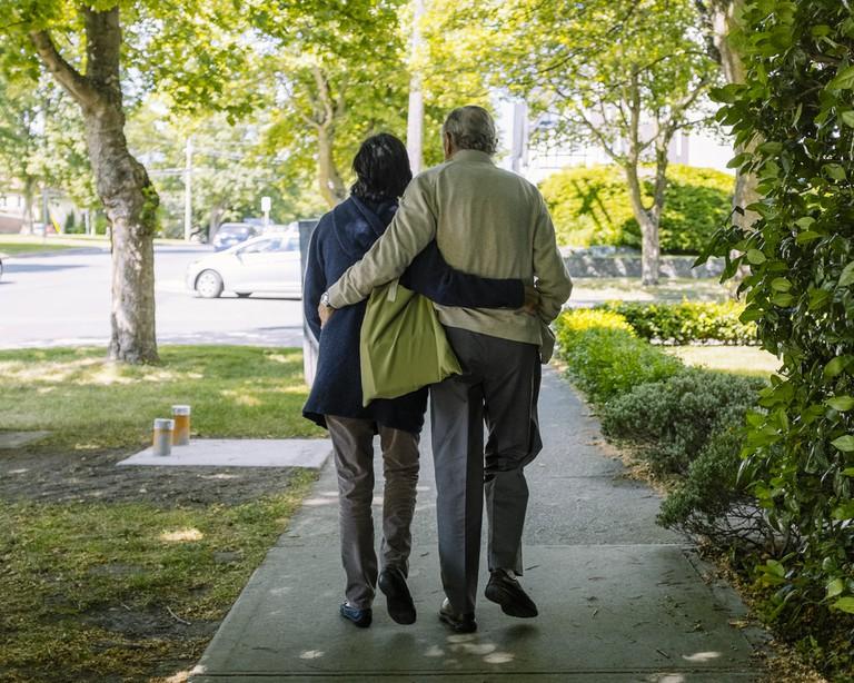 An elderly couple take a stroll | © Hugo Chisholm/Flickr