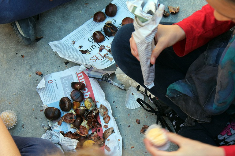 Roast chestnuts wrapped in newspaper | © Escola Santa Anna