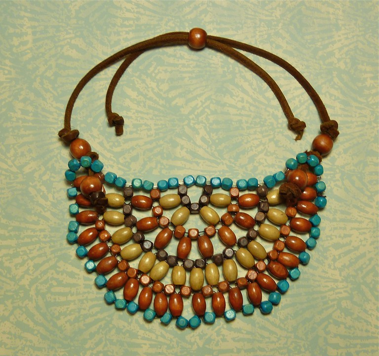 Wooden beaded necklace |© TheWristbandit/Flickr