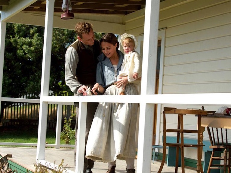 Tom (Michael Fassbender), Isabel (Alicia Vikander). (© Touchstone Pictures)