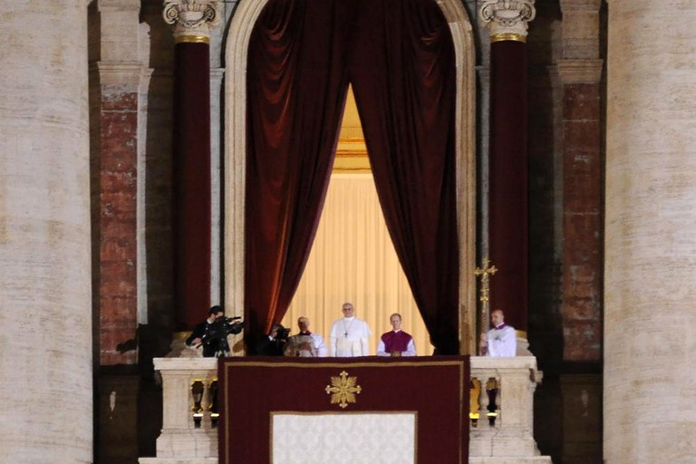 Pope Francis appears to the public for the first time as pope, at the balcony of St. Peter's Basilica on 13 March 2013 | © WikiCommons