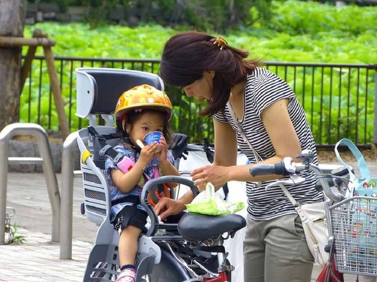 A mom takes her kid for a ride around Ueno Park | © cegoh/Pixabay