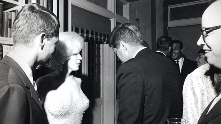 Monroe with U.S. Attorney General Robert F. Kennedy and President John F. Kennedy at the 1962 birthday celebration | © Cecil W. Stoughton