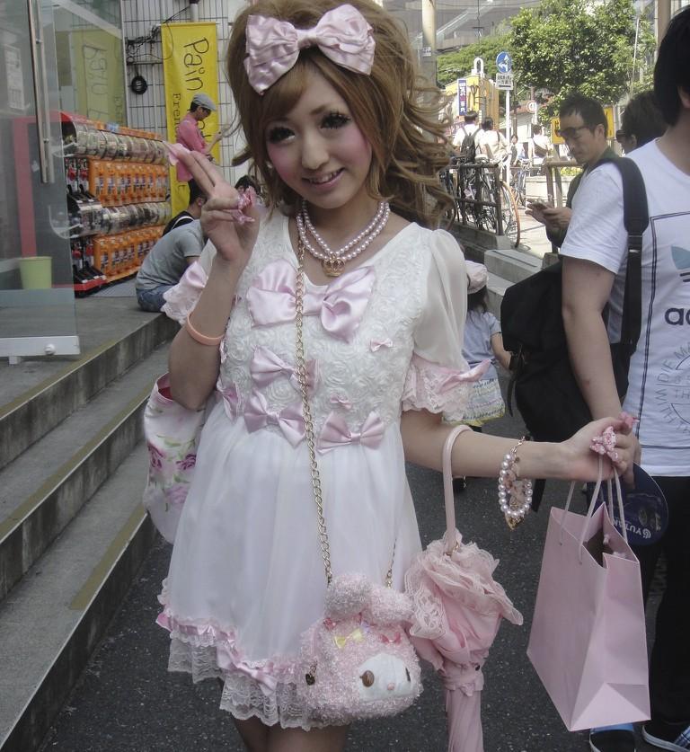 A sweet-loli or princess lolita look. The kawaii accessories take the look from Shibuya to Harajuku style   © Carrozza Lrn/WikiCommons