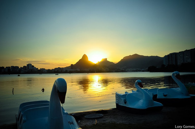 Sunset behind the Two Brothers mountain |© Lory Gomes RJ/WikiCommons