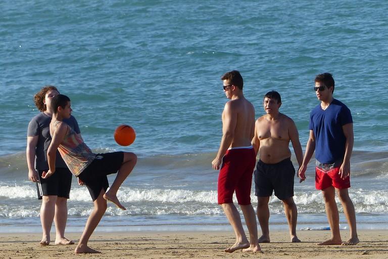 Practising foot volleyball |© Douglas Iuri Medeiros Ca/Flickr