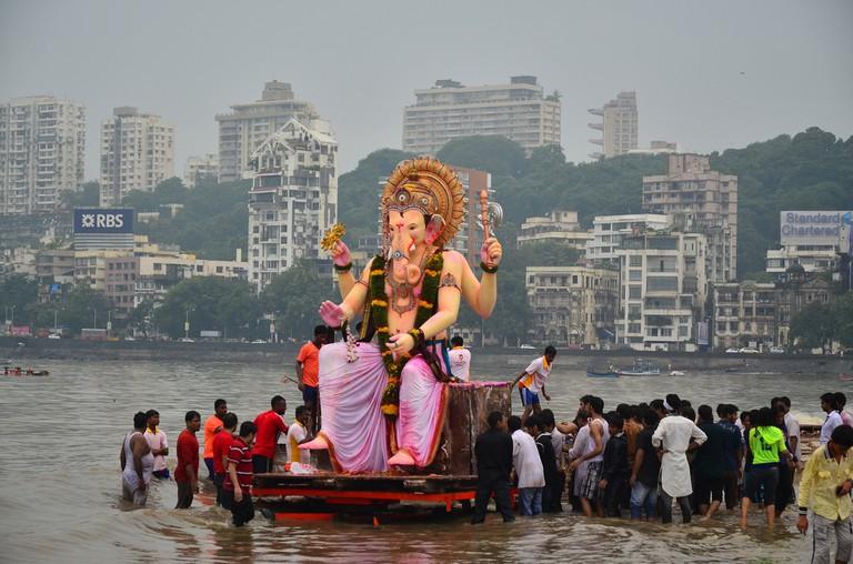 Statue being carried into the water on Chaupati Beach in Mumbai © Pete Burana / Shutterstock.com