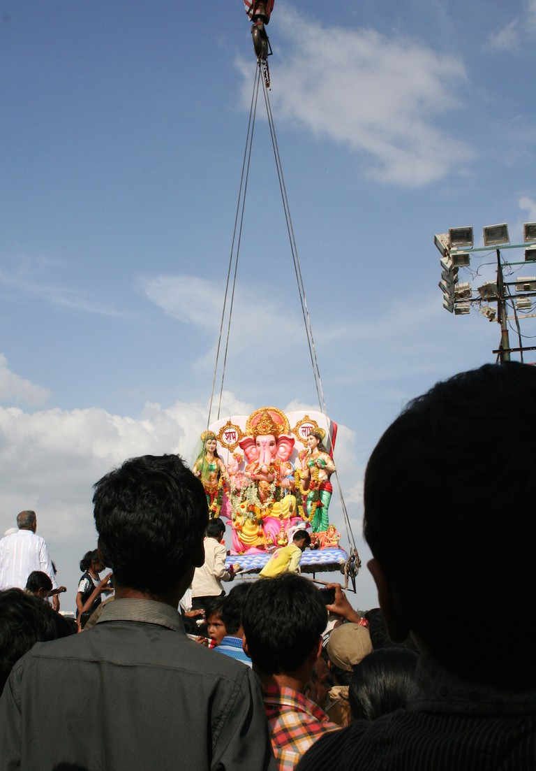 Statue being lifted before immersion © reddees / Shutterstock.com