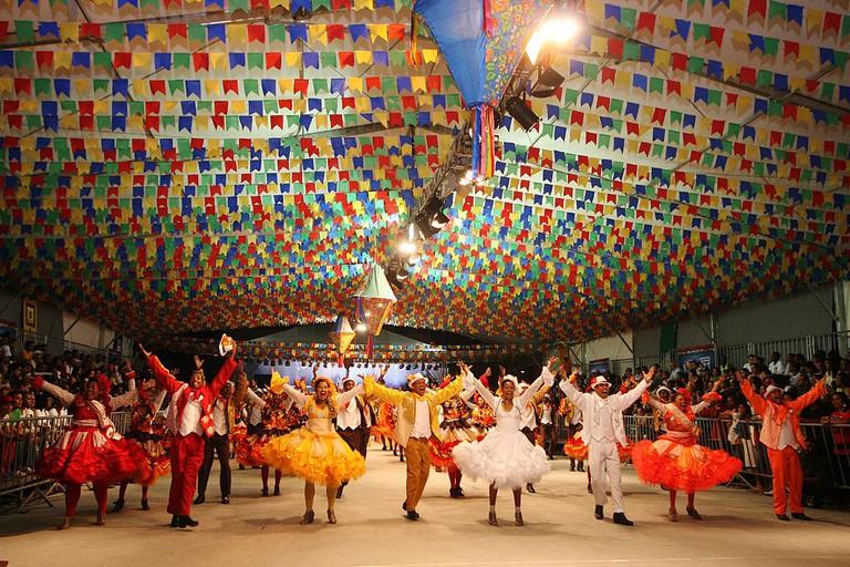 People gather at a festa junina party |© Agecom Bahia/WikiCommons