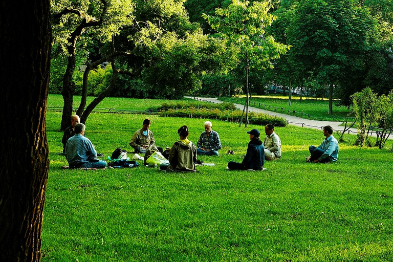Group meditation in a park │© Konstantin Stepanov