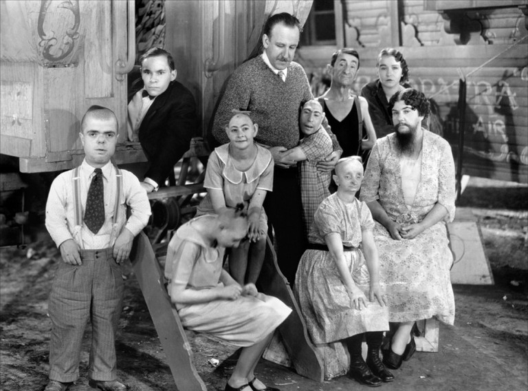 Director Tod Browning and cats members of 'Freaks'   © MGM
