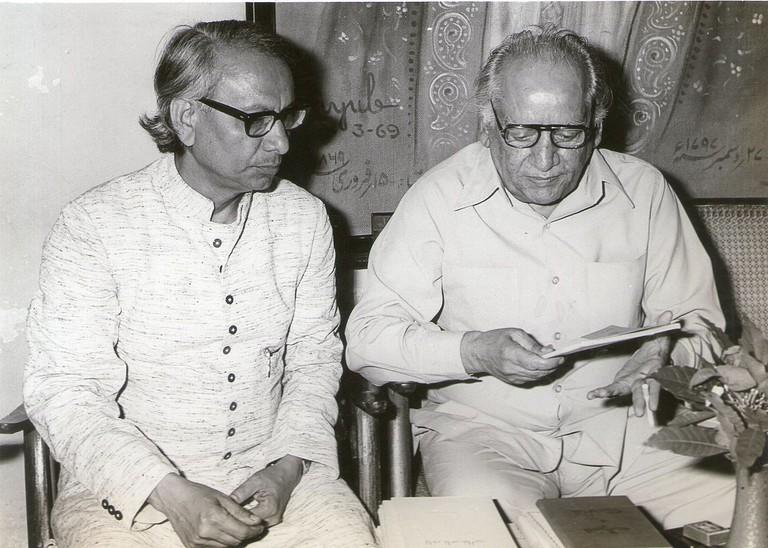 Urdu Writer Prof. Desnavi and poet Faiz Ahmed|© Faiz Bpldxb/WikiCommons