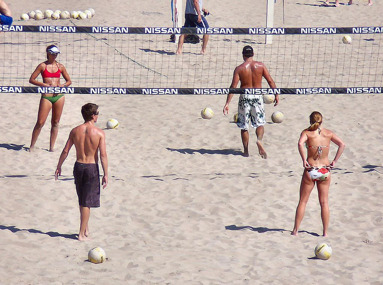 Volleyball in a team of four  © Matthew Brown/WikiCommons