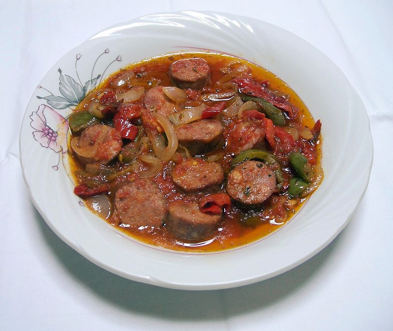 Spetsofai, a traditional greek dish with country sausage,and white rice, onion, peppers and tomato, originating from the region of Pelion |© Badseed/WikiCommons