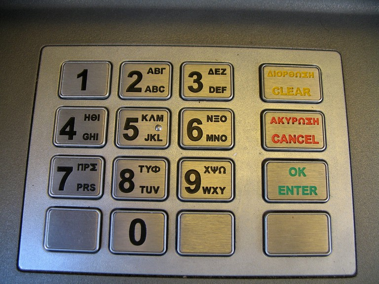ATM keypad in English/Greek |© Bobby Hidy/Flickr
