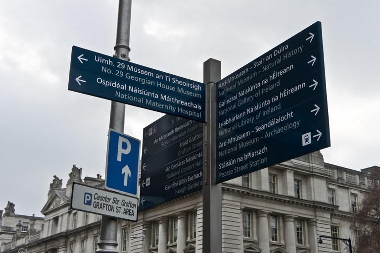 Signs in Irish and English, Merrion Square | © William Murphy/Flickr