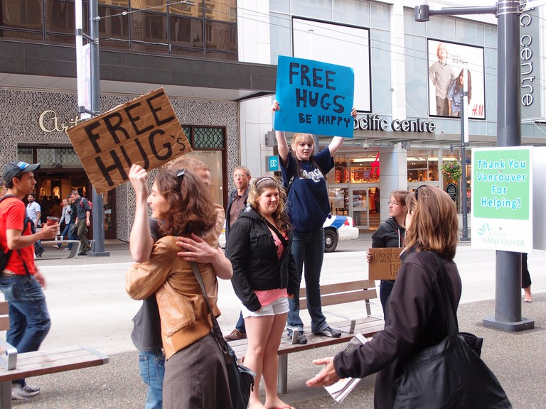 Free hugs @ Aftermath of Vancouver Stanley Cup Riots | © Guilhem Vellut/Flickr