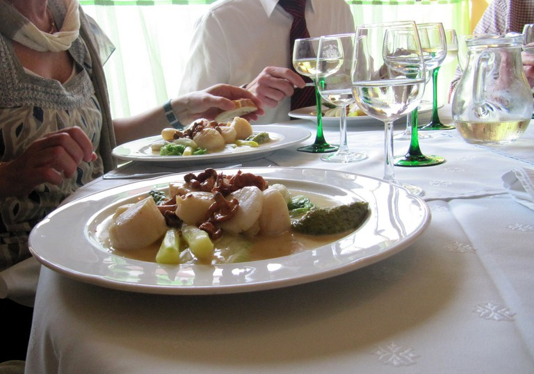 Family dinner with coquilles saint-jacques │© francois schnell