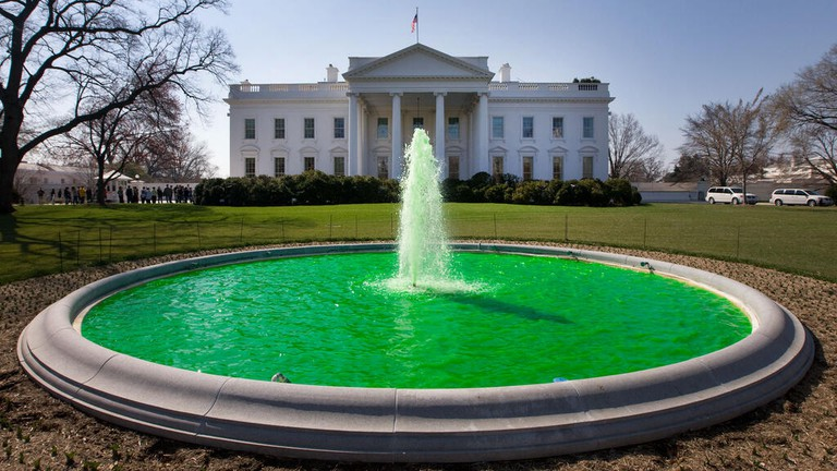 White House fountain dyed green for Saint Patrick's Day 2011   © White House/WikiCommons