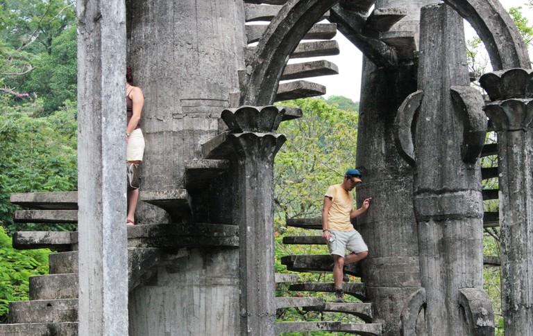 Visitors exploring Las Pozas | © Carlos Adampol Galindo/Flickr