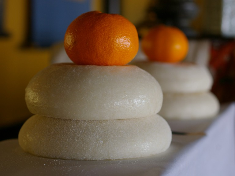 Simple kagami mochi, a common New Year's decoration | © tamakisono/WikiCommons