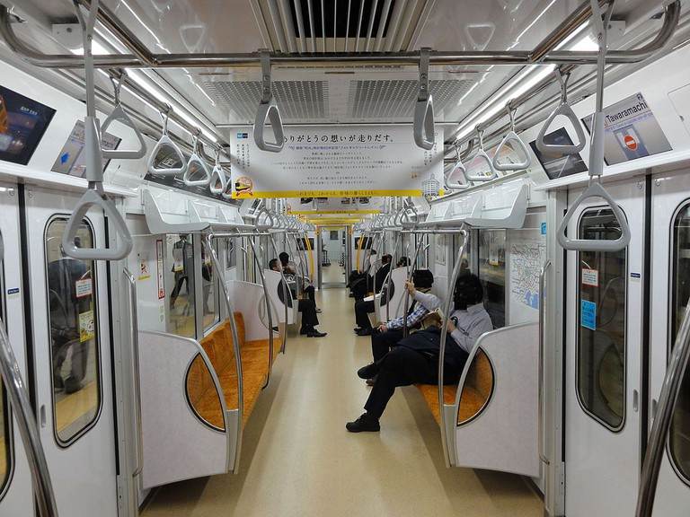 An uncrowded Tokyo Metro car | © Rsa / WikiCommons