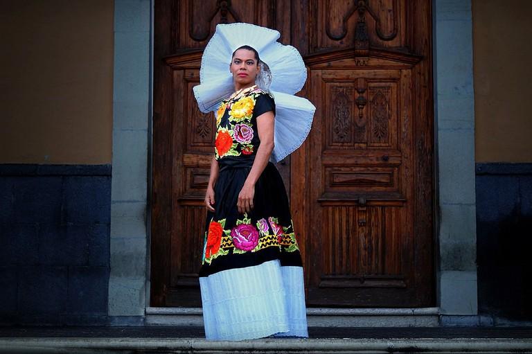 1200px-Lukas_Avendaño-Muxhe-Muxes-Performance_Art-Zapotec-Mexico-Tehuantepec2