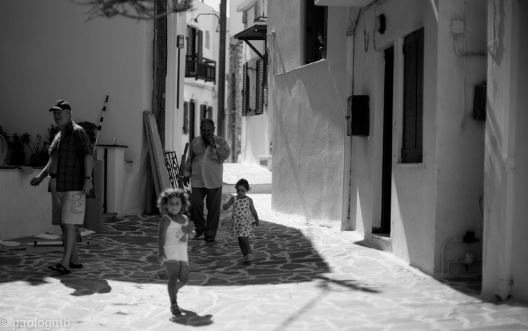 Playing in the streets with grandpa, Naxos | © Paolo Gamba/Flickr